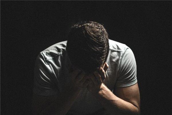 Qu'est-ce que cela signifie dans un rêve lorsque d'autres s'agenouillent sur le lit et pleurent?