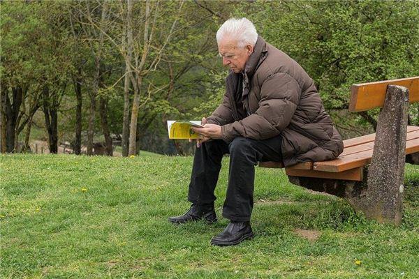 La signification et l'explication du vieil homme dans le rêve