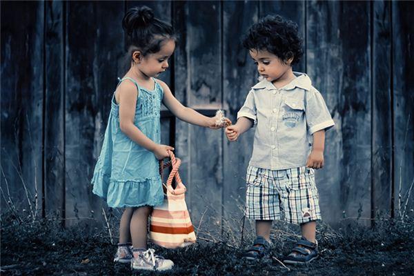 Le sens et la divination de rêver de frères et sœurs